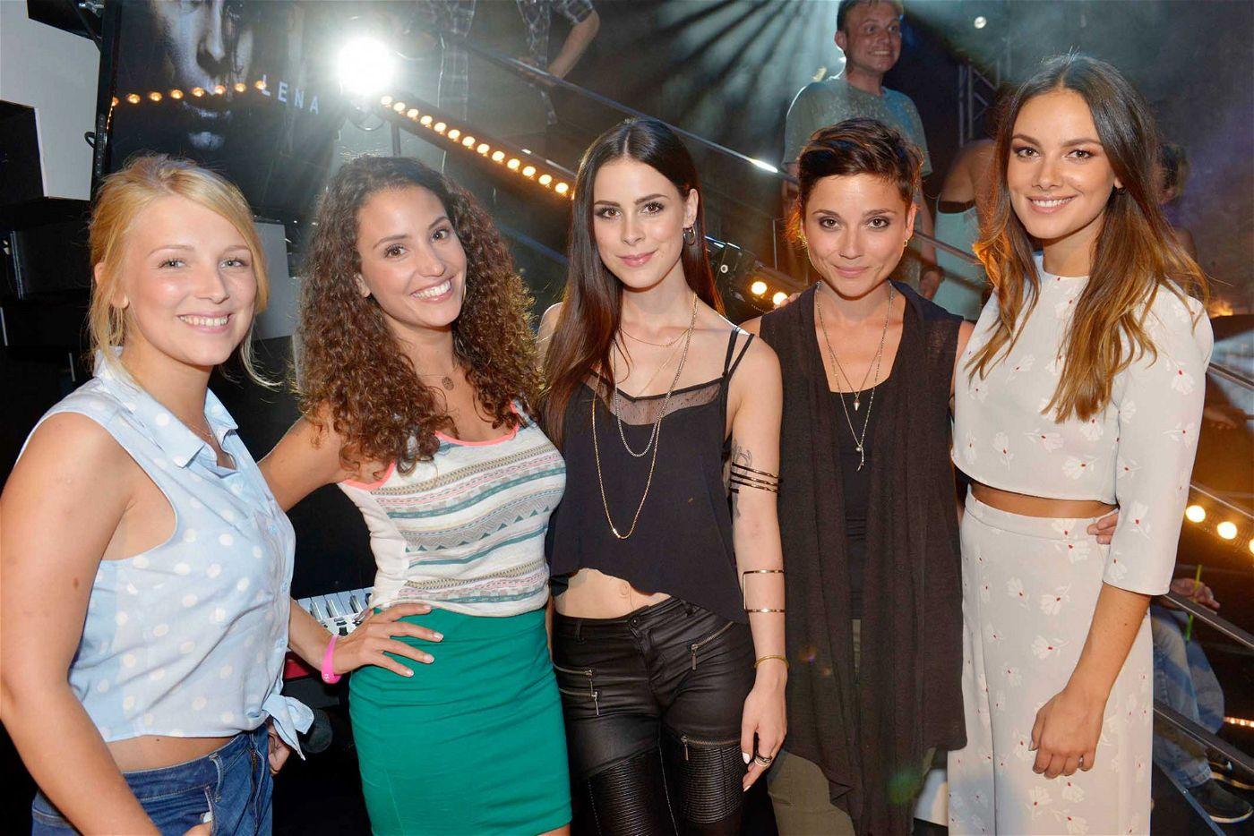 """Im """"Mauerwerk"""", dem legendären TV-Serien-Club, sind in den Szenen aus dem GZSZ-Ensemble auch Janina Uhse (""""Jasmin""""), Nadine Menz (""""Ayla""""), Iris Mareike Steen (""""Lilly"""") und Linda Marlen Runge als """"Anni"""" mit dabei."""