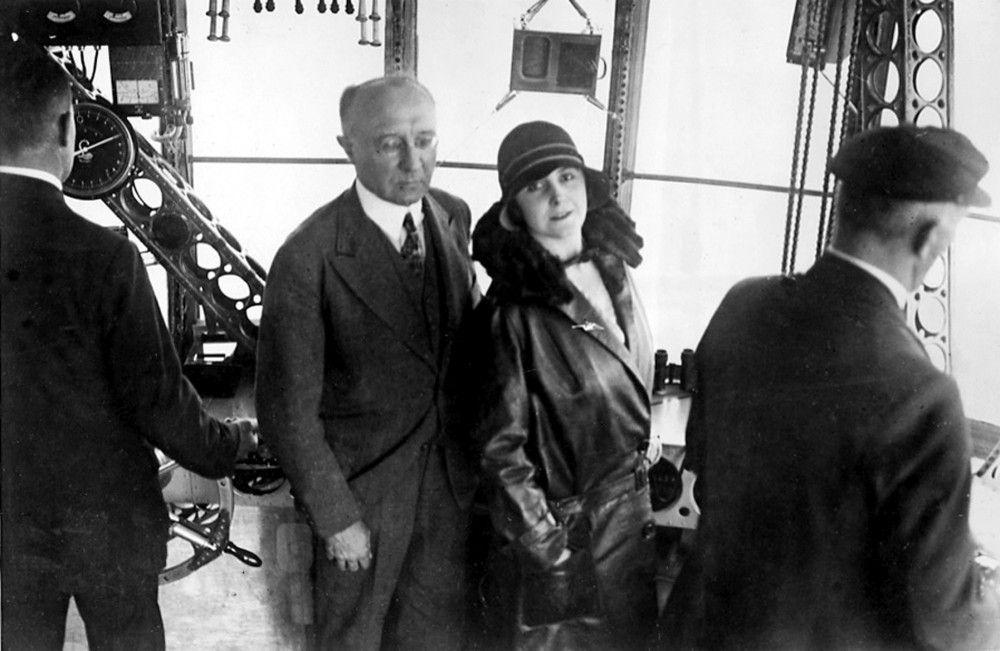 """Lady Grace Drummond-Hay ist 1929 der einzige weibliche Reisende beim ersten Rundflug einmal um die Erdkugel des Luftschiffs """"Graf Zeppelin"""". Ihr Reisebericht als Reporterin für die Hearst Newspapers ist gleichzeitig ihre Liebesgeschichte zum deutlich älteren Karl von Wiegand."""