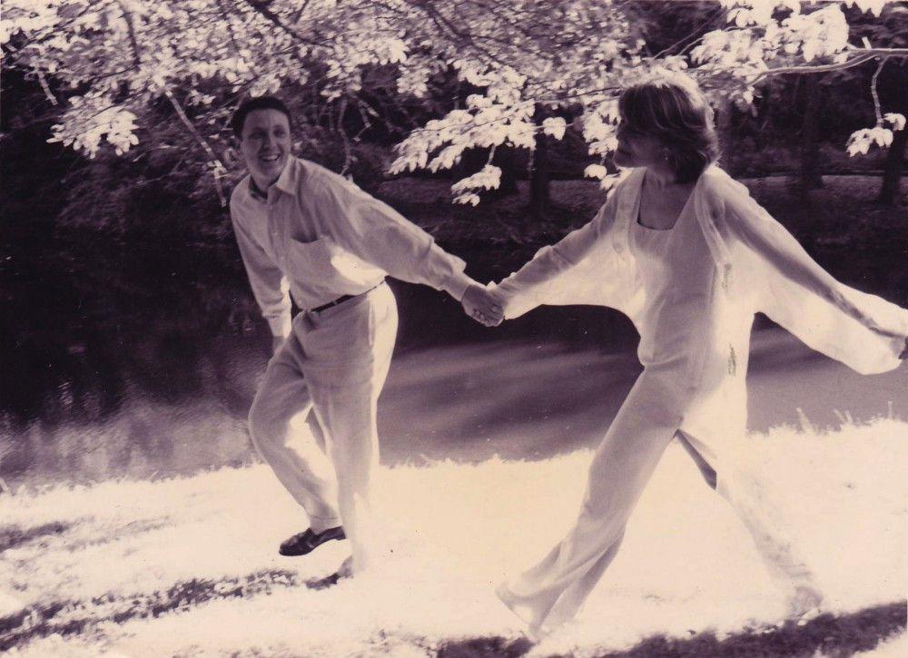 Janice und Alexander zeigen, wie glücklich sie sind.