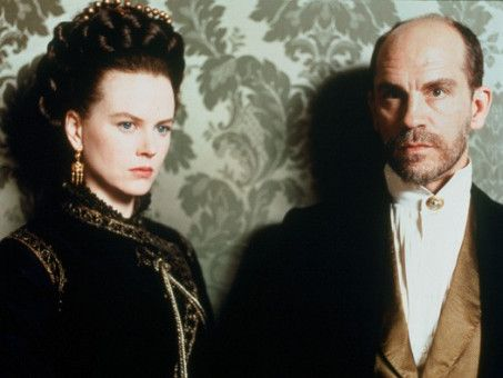 Bald nach der Hochzeit verdächtigt Isabel (Nicole Kidman), dass die Hochzeit mit Gilbert Osmond (John Malkovich) nur wegen ihres reichen Erbes arrangiert wurde.