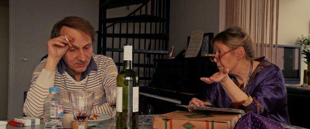 Michel Houellebecq diskutiert mit seiner Freundin (Françoise Lebrun), einer Pianistin, über Beethoven und Mozart.