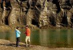 Bernice Notenboom mit Doktor Ben Abbot vor einer Wand aus Permafrost, die ?Stinky Bluffs? heißt
