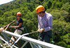 Bernice Notenboom auf dem CO2-Messturm im Amazonasgebiet zusammen mit Professor Peter Cox