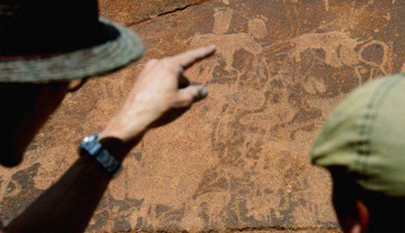 Die Fährtensucher vor den in Fels gravierten Botschaften ihrer Ahnen in Twyfelfontein