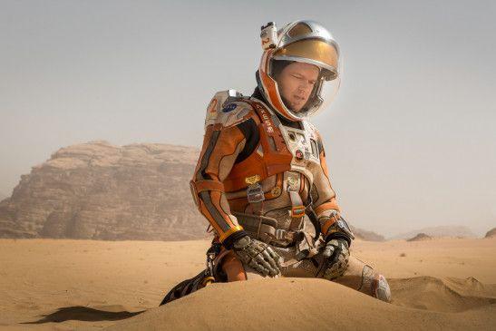 Während ein gewaltiger Sandsturm die Notevakuierung der NASA-Basisstation auf dem Mars erfordert, wird der Botaniker Mark Watney (Matt Damon) fortgerissen und man glaubt, er sei ums Leben gekommen.