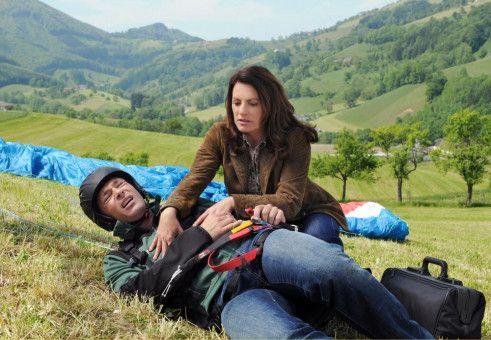 Johanna (Christine Neubauer) eilt dem Drachenflieger Jakob (Jan Sosniok) zur Hilfe.