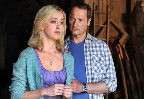 Dominik (Markus Knüfken) tröstet die von ihrem Mann verlassene Verena (Judith Richter).