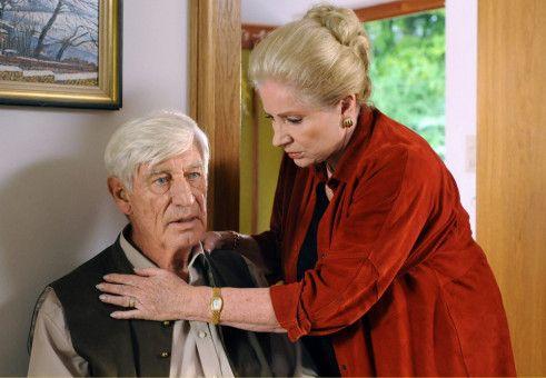 Marie (Johanna von Koczian) sorgt sich um die Gesundheit ihres Mannes Fritz (Siegfried Rauch).