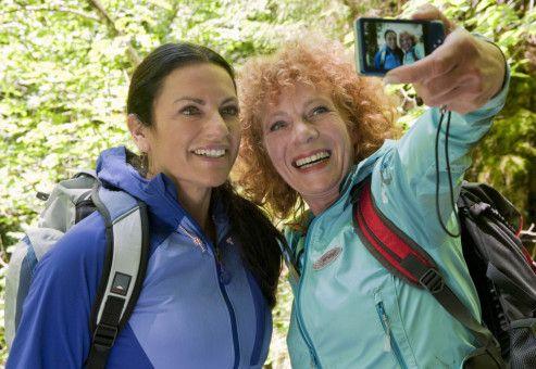 Johanna (Christine Neubauer, links) und ihre Freundin Karen (Nina Hoger) verstehen sich prächtig.