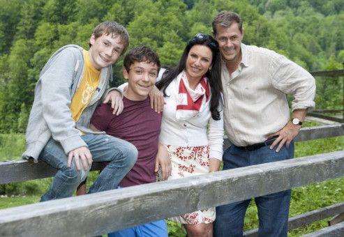 Johanna (Christine Neubauer) und Daniel (Sven Martinek) schauen sich ein Haus an, in dem sie gemeinsam mit ihren Kindern Max (Konstantin Reichmuth, 2. von links) und Bastian (Simon Jung, links) leben wollen.