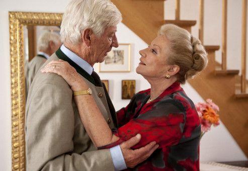 Marie (Johanna von Koczian) wundert sich, warum ihr Mann Fritz (Siegfried Rauch) sich plötzlich so fein herausputzt.