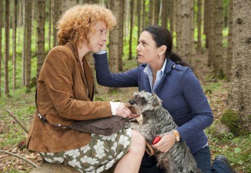 Johanna (Christine Neubauer, rechts) hat ihre Freundin Karen (Nina Hoger) gefunden, die sich im Wald verirrt hat.