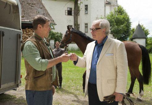 Daniel (Sven Martinek, links) bekommt von Bernhard Lorenzen (Michael König) überraschend ein lukratives Angebot für sein Gestüt.