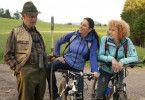 Auf ihrer gemeinsamen Fahrradtour treffen Johanna (Christine Neubauer, Mitte) und ihre alte Freundin Karen (Nina Hoger) den alten Fritz (Siegfried Rauch).