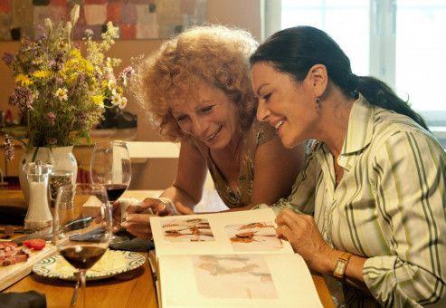 Johanna (Christine Neubauer, rechts) und ihre Freundin Karen (Nina Hoger) sehen sich alte Fotos an.