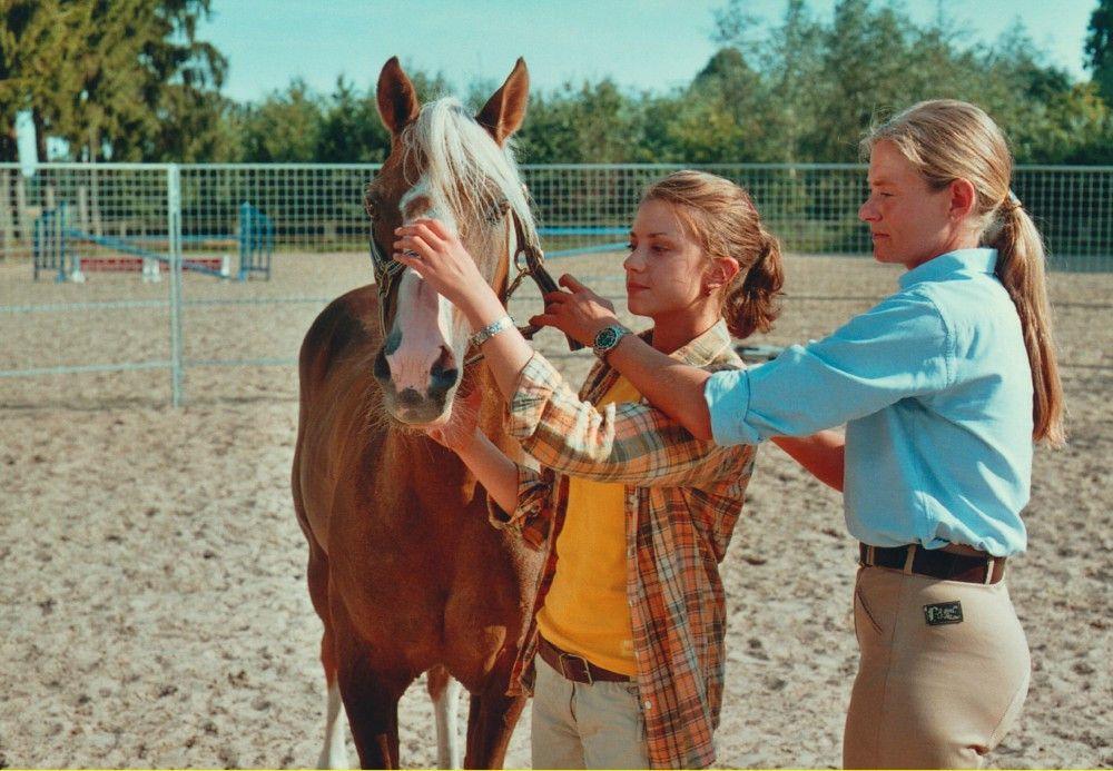 Alina (Marett Katalin Klahn) und die Pferdeflüsterin Andrea (Andrea Kutsch, rechts).