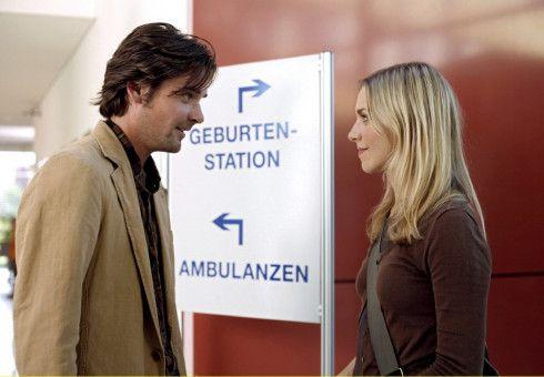Im örtlichen Krankenhaus hoffen Charly (Julia Dietze) und Andreas (Patrick Rapold), mehr über Charlys Herkunft zu erfahren.