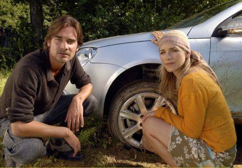 """Der naturverbundene Andreas (Patrick Rapold) hilft der Städterin Charly (Julia Dietze), ihren """"Karren aus dem Dreck zu ziehen""""..."""