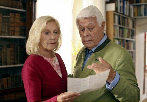 Schlossherr Max (Peter Weck) erklärt seiner Frau Gabriele (Johanna Mertinz), dass der alte Liebesbrief von einer anderen Frau gar nicht von ihm stammt.