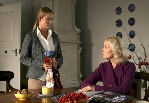 Vera (Pauline Knof, links) stellt ihre Mutter Ursula (Michaela Rosen) zur Rede: Hat sie einst ein Kind ausgesetzt ...?