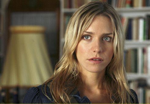 Charly (Julia Dietze) will herausfinden, wer ihre leiblichen Eltern sind.