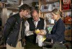 Eine seltene Handpuppe, die der alte Puppenmacher Gustl (Ernst Konarek, Mitte) begutachtet, liefert Charly (Julia Dietze) und Andreas (Patrick Rapold) einen entscheidenden Hinweis auf Charlys Herkunft.