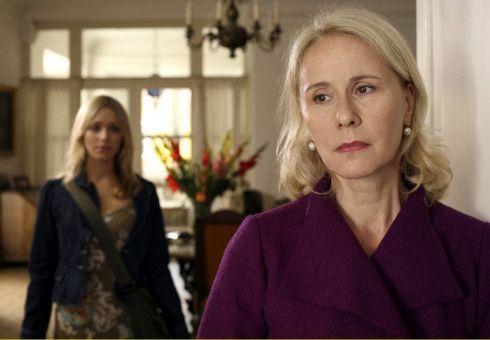 Nach Jahrzehnten lernt Charly (Julia Dietze, links) in Ursula (Michaela Rosen) endlich ihre leibliche Mutter kennen.