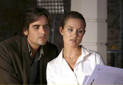 Andreas (Patrick Rapold) wird von seiner Verlobten Vera (Pauline Knof) mit aufwändigen Hochzeitsplanungen auf Trab gehalten.