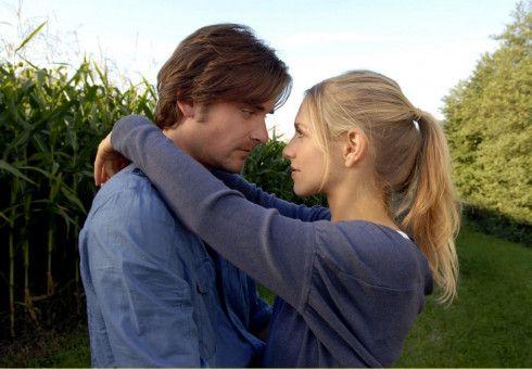 Noch ist unklar, ob Charly (Julia Dietze) und Andreas (Patrick Rapold) sich nur als Geschwister oder auch als Paar lieben dürfen.