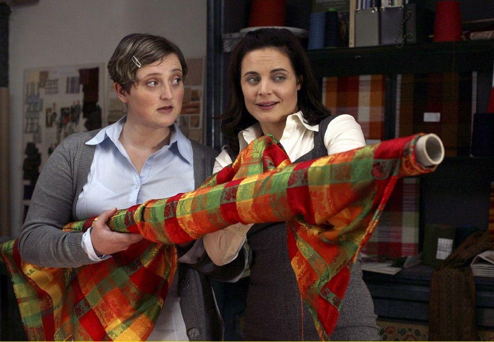 Beatrice (Elisabeth Lanz, rechts) zeigt ihrer Angestellten Agnes (Veronika Polly) ihre neue Idee.