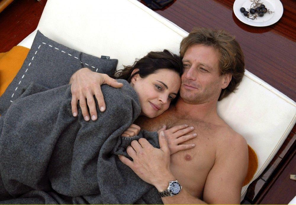 Thomas (Hendrik Duryn) und Beatrice (Elisabeth Lanz) verbringen eine romantische Liebesnacht unter freiem Himmel.