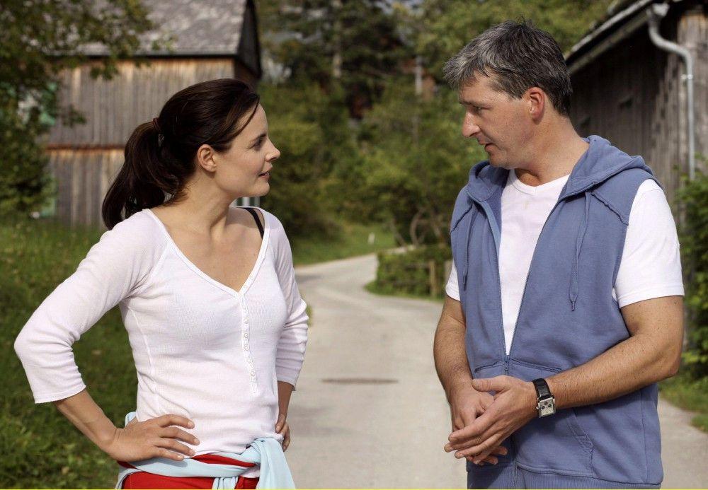 Beatrice (Elisabeth Lanz) kann nicht glauben, dass ihr alter Freund Michael (Harald Posch) ihr den Kredit kündigen will.