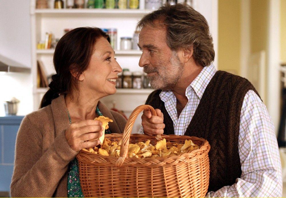 Liebe geht durch den Magen: Bruno (Thomas Fritsch) überrascht Karla (Daniela Ziegler) mit selbst gesammelten Pilzen.