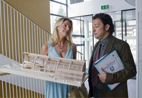 Als er Valeries (Sophie Schütt) Präsentationsmodell sieht, ist der arrogante Architekt Josef Holzer (Fritz Hammel) auf einmal nicht mehr so siegessicher.