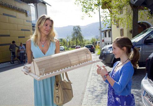 Die kleine Lena (Luisa Spaniel) drückt Valerie (Sophie Schütt) für die improvisierte Präsentation die Daumen.
