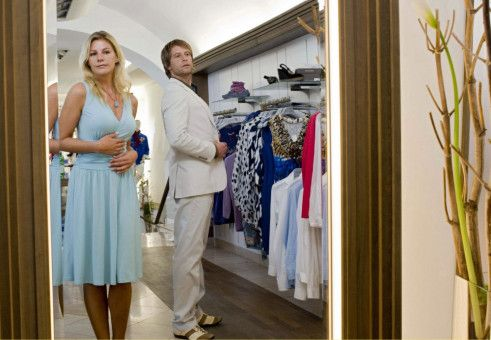 Sitzt, passt und hat Luft: Valerie (Sophie Schütt) und Jan (Julian Weigend) beim Shoppen.
