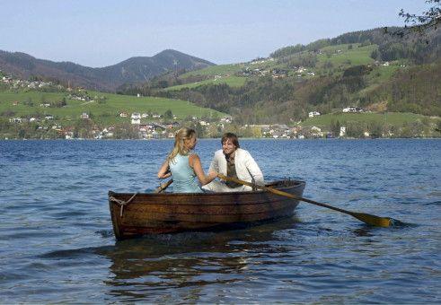 Frau am Ruder: Valerie (Sophie Schütt) und Jan (Julian Weigend) vor der malerischen Kulisse des Salzkammerguts.