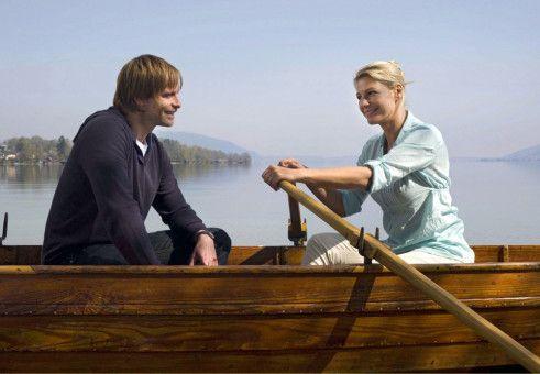 Ein idyllischer Bootsausflug bringt Valerie (Sophie Schütt) und Jan (Julian Weigend) einander näher.