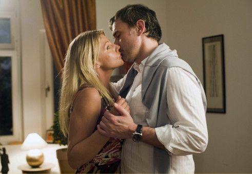 Irgendwie ist der erste Kuss mit Martin (Giulio Ricciarelli) nicht ganz so prickelnd, wie Valerie (Sophie Schütt) es sich vorgestellt hatte.