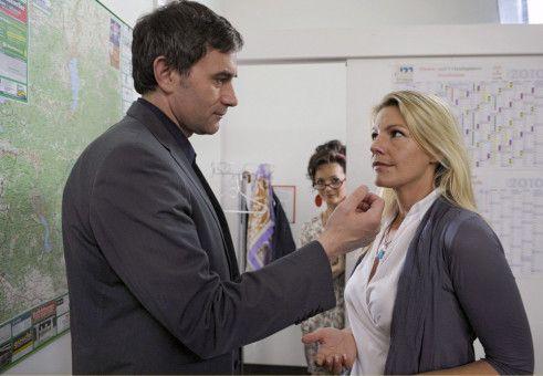 Valerie (Sophie Schütt, rechts) und ihr Chef Martin (Giulio Ricciarelli) bemerken vor lauter Turtelei gar nicht, dass sie von Lissi (Katharina Stemberger) beobachtet werden.