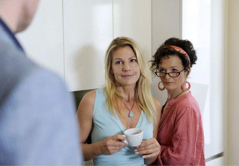 Während Valerie (Sophie Schütt) beim Anblick ihres Chefs (Giulio Ricciarelli) in eine Art Liebes-Trance verfällt, behält ihre coole Kollegin Lissi (Katharina Stemberger, rechts) den Durchblick.