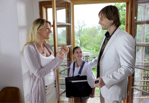 Valerie (Sophie Schütt, links), Jan (Julian Weigend) und Lena (Luisa Spaniel) sind überglücklich, dass Jans Hotel-Entwurf in die engere Auswahl gekommen ist.