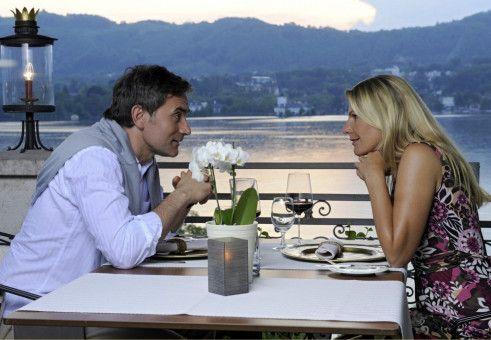 Bei einem romantischen Abendessen lernen Valerie (Sophie Schütt) und ihr Chef Martin (Giulio Ricciarelli) sich endlich besser kennen.