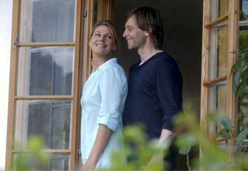 """Jan (Julian Weigend) und seine """"Assistentin"""" Valerie (Sophie Schütt) kommen sich auch privat näher."""