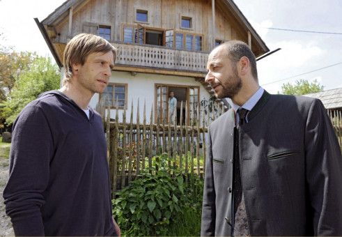 Der Bürgermeister (Paul Matic) gibt Jan (Julian Weigend, links) den warnenden Rat, bei seiner Bewerbung mit offenen Karten zu spielen.
