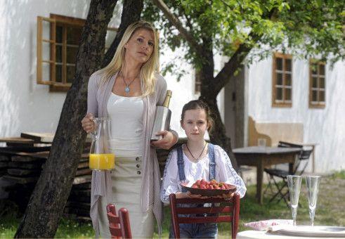 Valerie (Sophie Schütt) und die kleine Lena (Luisa Spaniel) bereiten zur Feier des Tages ein kleines Picknick im Garten vor.