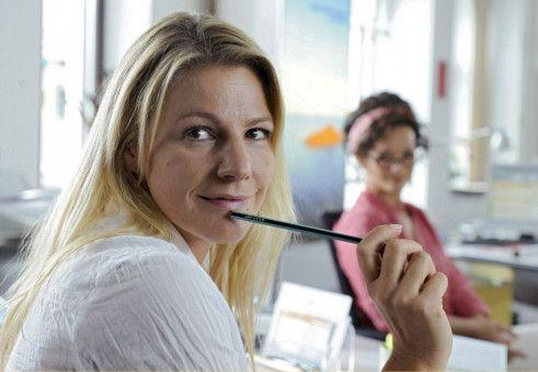 Valerie (Sophie Schütt, links) himmelt ihren Chef an, amüsiert beobachtet von ihrer Kollegin Lissi (Katharina Stemberger).