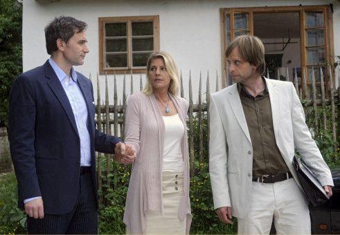 Zwischen zwei Männern: Valerie (Sophie Schütt) wird sowohl von ihrem Chef Martin (Giulio Ricciarelli, links) als auch von dem Architekt Jan (Julian Weigend) umschwärmt.