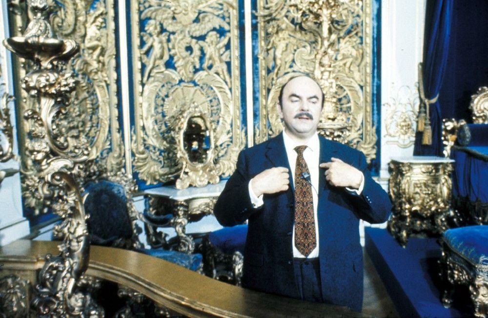 Theodor Hierneis (Walter Sedlmayr) besucht als erfolgreicher Unternehmer noch einmal die Stätten seines ehemaligen Wirkens und erzählt dabei aus seinen Erinnerungen.