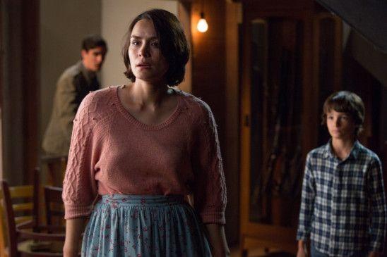 Courtney Collins (Shannyn Sossamon) macht sich Sorgen um ihren Sohn Zack, während sie mit Dylan (Robert Sloan) und So & So (James Ransone) auf ihn wartet.